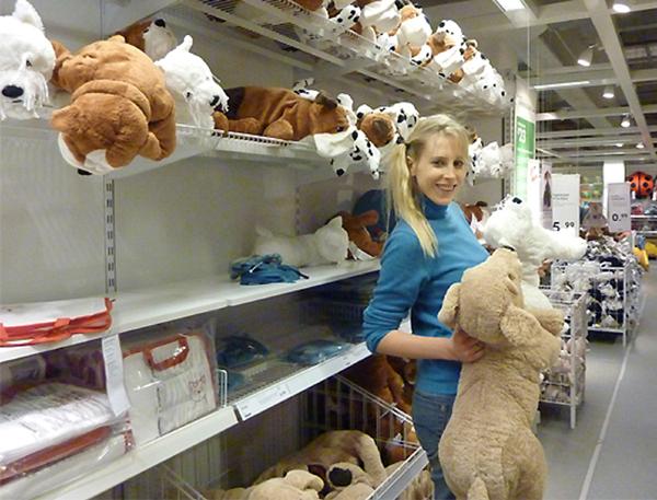 Elischeba mit Babybauch bei Ikea