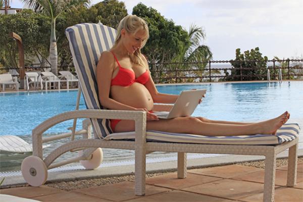 Elischeba mit Babybauch am Hotelpool