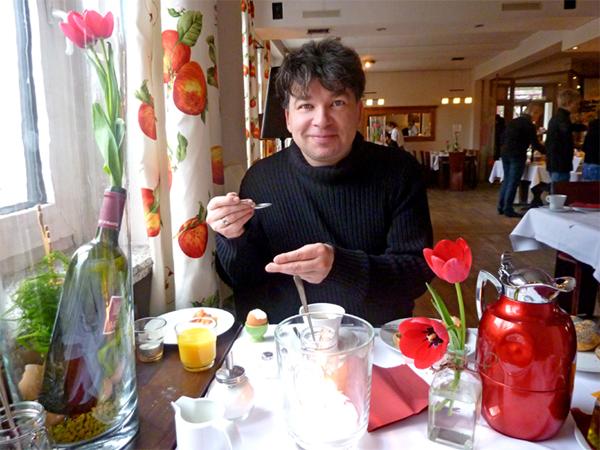 Pierre beim Frühstück
