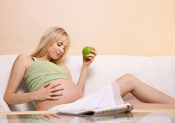 Model Elischeba Apfel essen schwanger