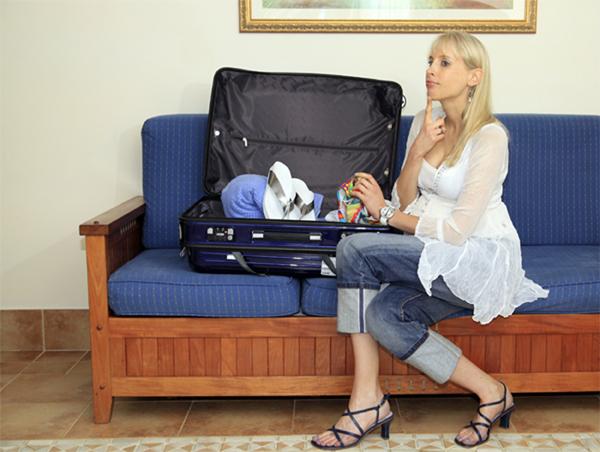 Elischeba beim Koffer packen