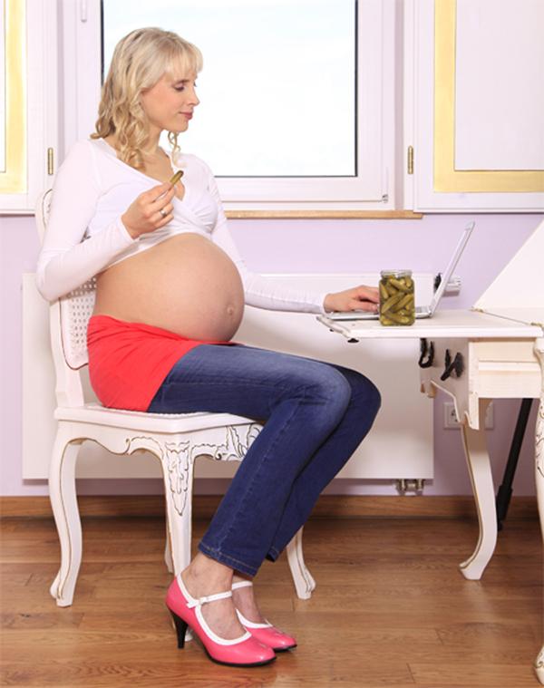 Gurke essen mit Babybauch