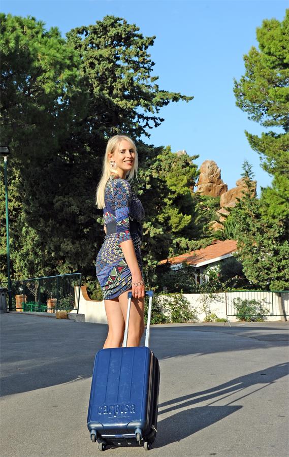 Frau mit Koffer