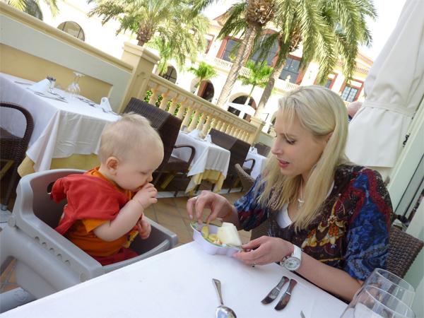 essen am buffet mit baby
