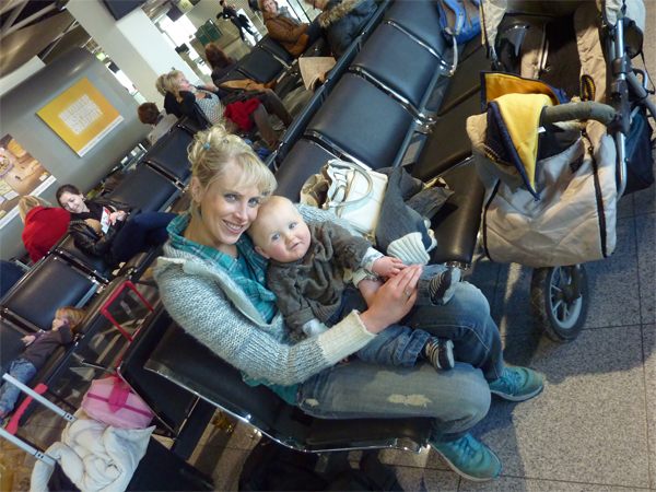 elischeba und leon am flughafen düsseldorf