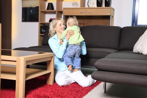 Elischeba und Leon im Möbelhaus Boer