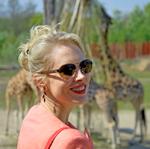 Elischeba mit Giraffen im Hintergrund