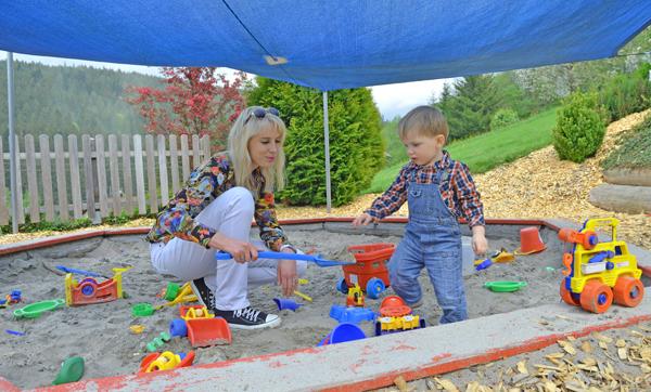 Mama und Leon am Spielplatz