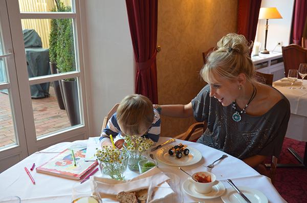 Elischeba mit Leon beim Dinner