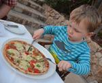 Leon genießt eine Pizza