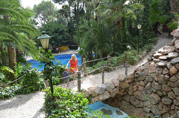 Elischeba und Leon am Pool