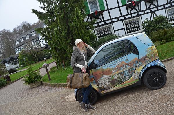Elischeba vor dem Hotel Gravenberg