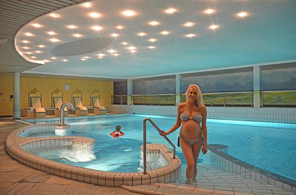 Elischeba im Schwimmbad