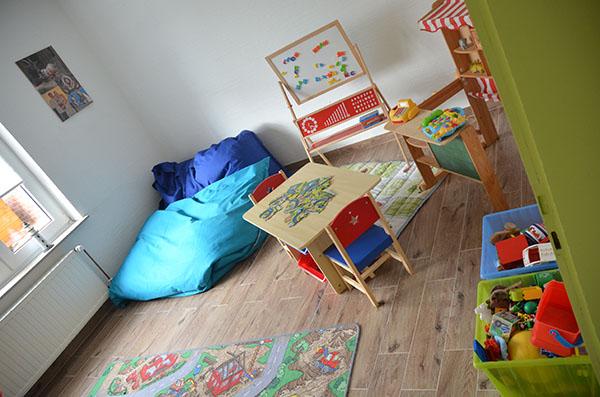 neues stuhlset mit tisch f rs spielzimmer unser produkttest model und mama. Black Bedroom Furniture Sets. Home Design Ideas
