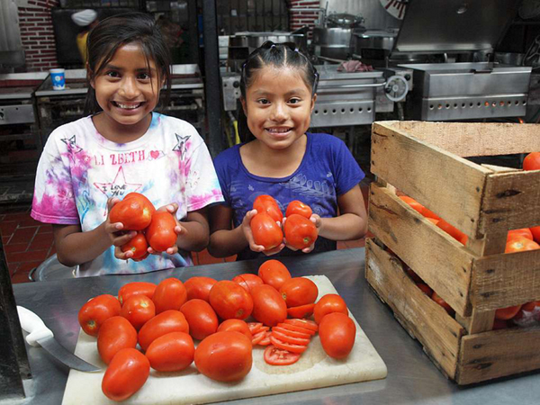 Kinder mit Tomaten