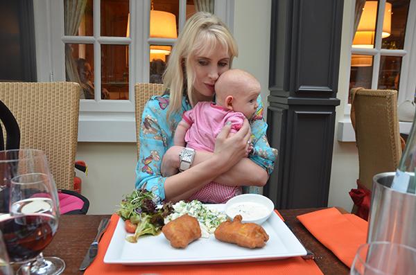 emily und elischeba im restaurant
