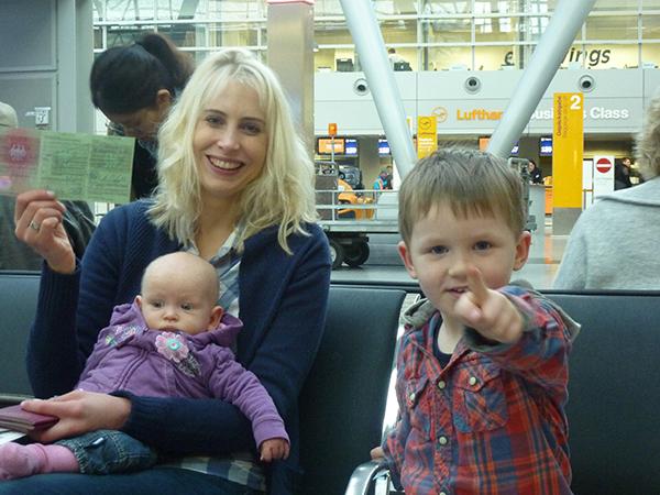 elischeba mit kids am flughafen