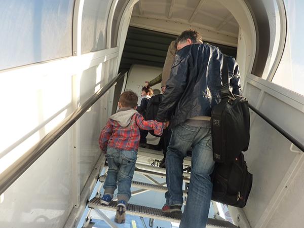 leon steigt ins flugzeug mit papa