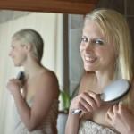 Elischeba-beim Haare-buersten
