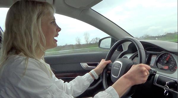 Frau allein im Auto