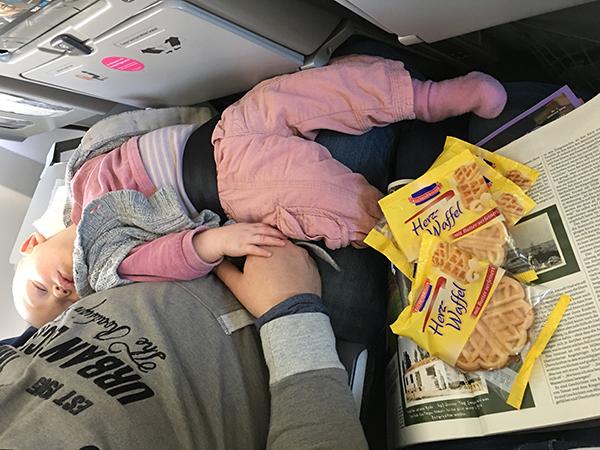 emily schlafen im flugzeug