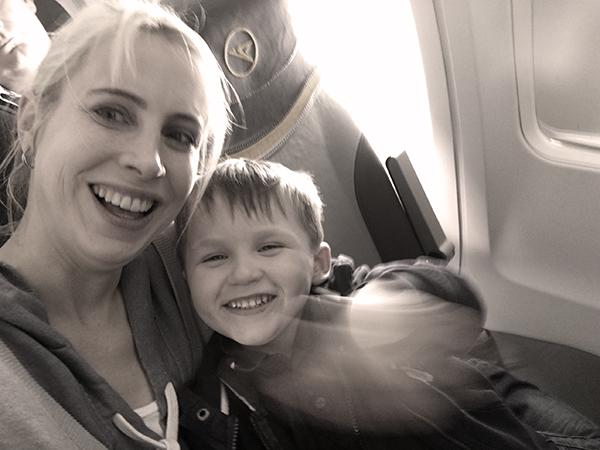mami und leon im flugzeug