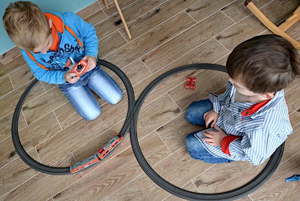 Jungen Eisenbahn spielen