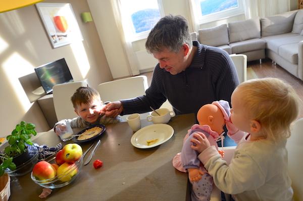 Family beim Frühstück
