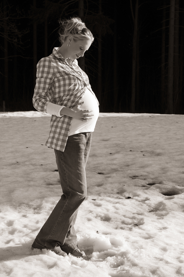 Elischeba mit Babybauch im Schnee