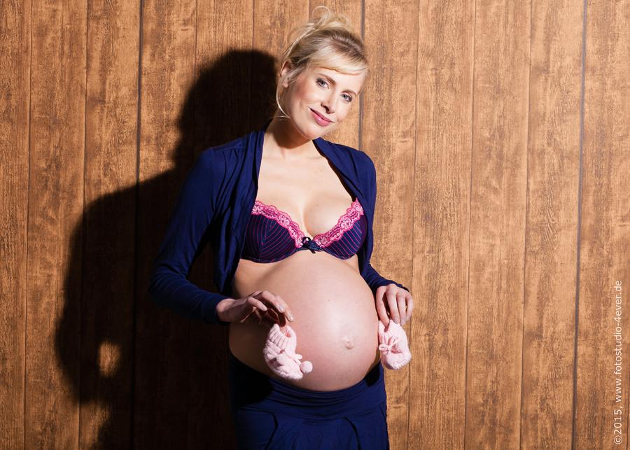 Model Elischebas Babybauch mit Schühchen