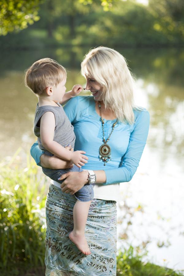 Elischeba mit Leon im Sommer im Park