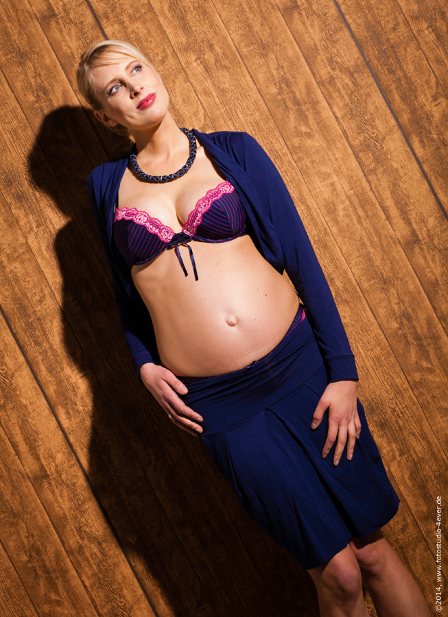 Model Elischeba mit Babybauch sechster Monat