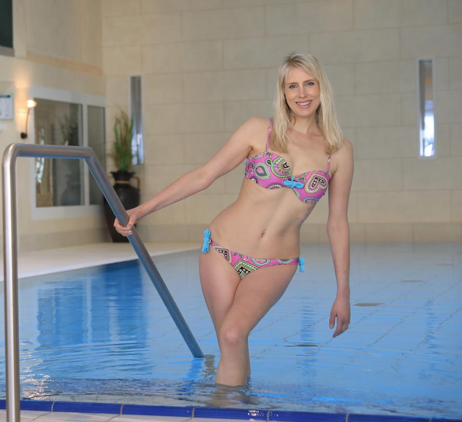 Model Elischeba im Schwimmbad