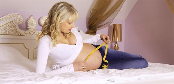 Elischeba beim Bauch ausmessen