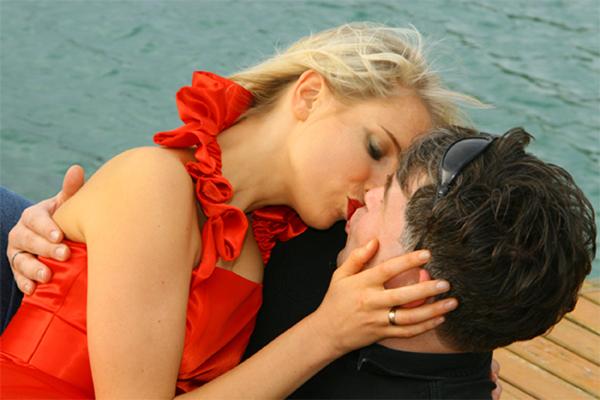 Elischeba und Pierre küssen