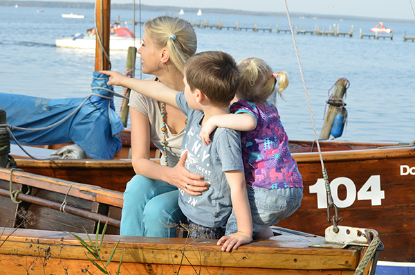 Mama mit Kindern im Boot