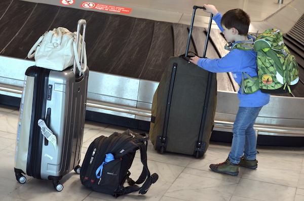 Leon am Gepäckband am Flughafen auf Fuerteventura