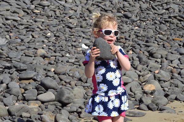 Emily Steine ins Wasser schmeissen