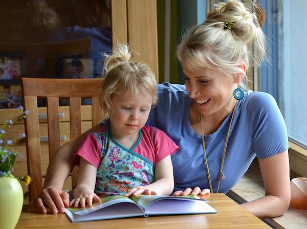 Buch gucken mit Kind