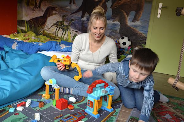 Mama und Kind spielen