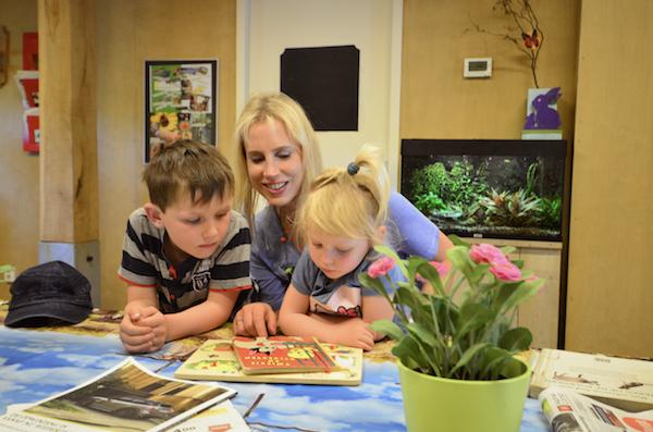 Elischeba und Kids beim Buch gucken