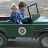 Emily und Leon im Jeep