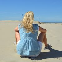 Frau am Strand in Zeeland