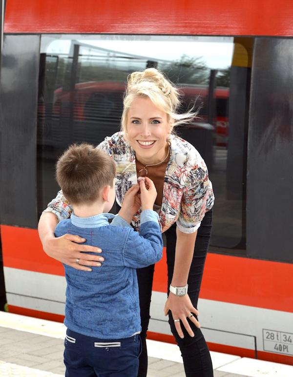 Zugfahrt Mama und Kind