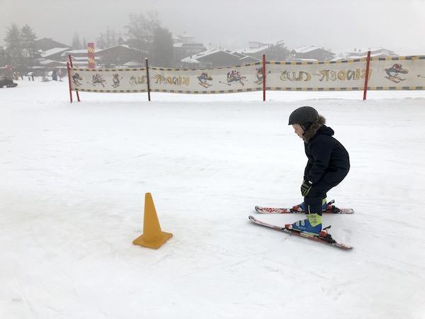 Skifahren um Pylonen herum