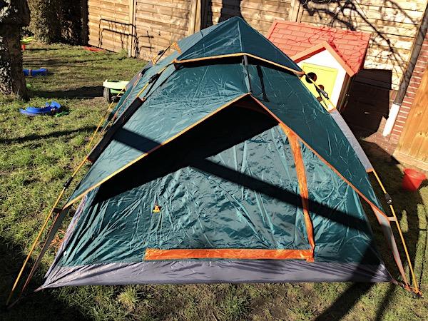 Zelt im Garten aufstellen